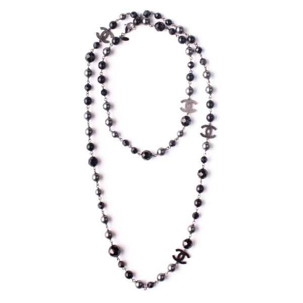 Long pearl necklace Chanel